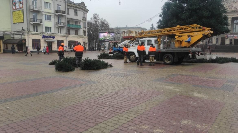 У Тернополі сьогодні розбирали головну ялинку (фото)