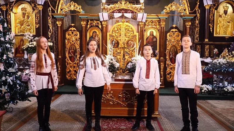 """Десятки тисяч переглядів: діти священника з Тернопільщини вразили виконанням """"Щедрика"""" (ВІДЕО)"""
