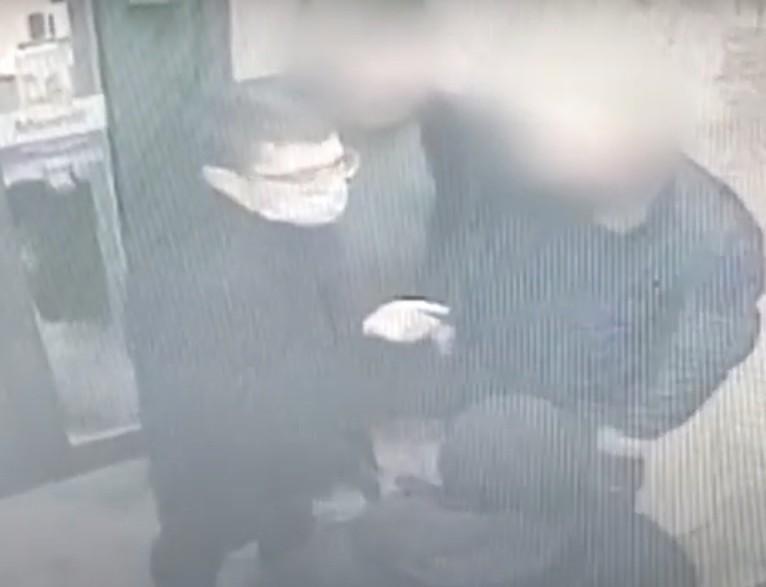 У Тернополі розшукують зловмисника, який на привокзальному майдані побив чоловіка (ВІДЕО)