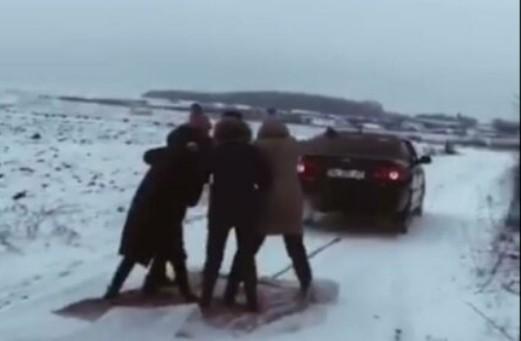 На Тернопільщині заради відео в Tik-Tok компанія друзів ризикнула життям: автівки і велика швидкість (ФОТО)