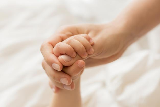На Тернопільщині молоду маму та її дитину з інвалідністю залишили без засобів до існування
