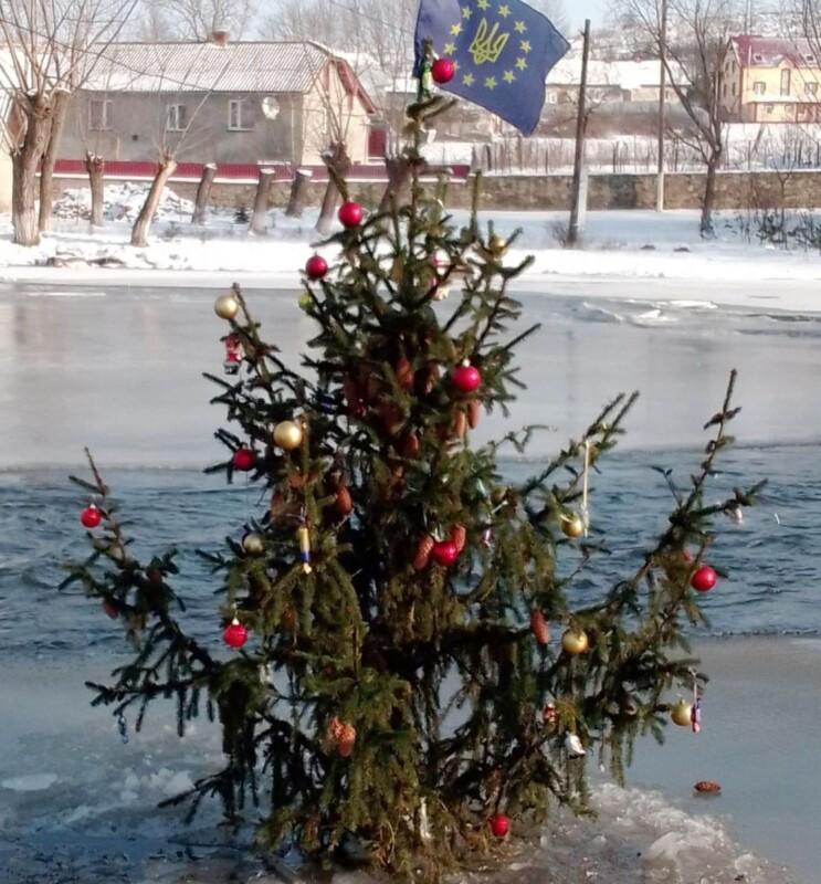 На Тернопільщині на озері встановили ялинку (ФОТО)