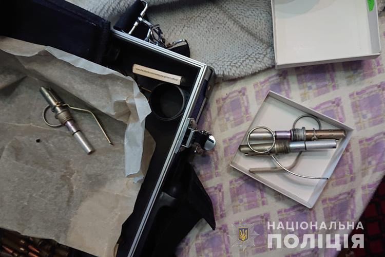 У Тернополі в квартирі виявили вибухонебезпечні предмети: дві гранати Ф-1 та 80 патронів (ФОТО)