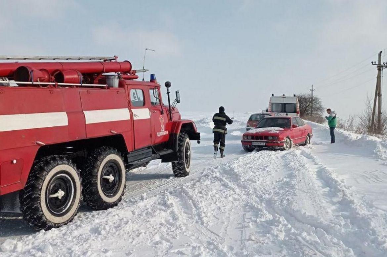 """На Тернопільщині хвору жінку везли до лікарні пожежним автомобілем, бо """"швидка"""" застрягла в заметі (ФОТО)"""