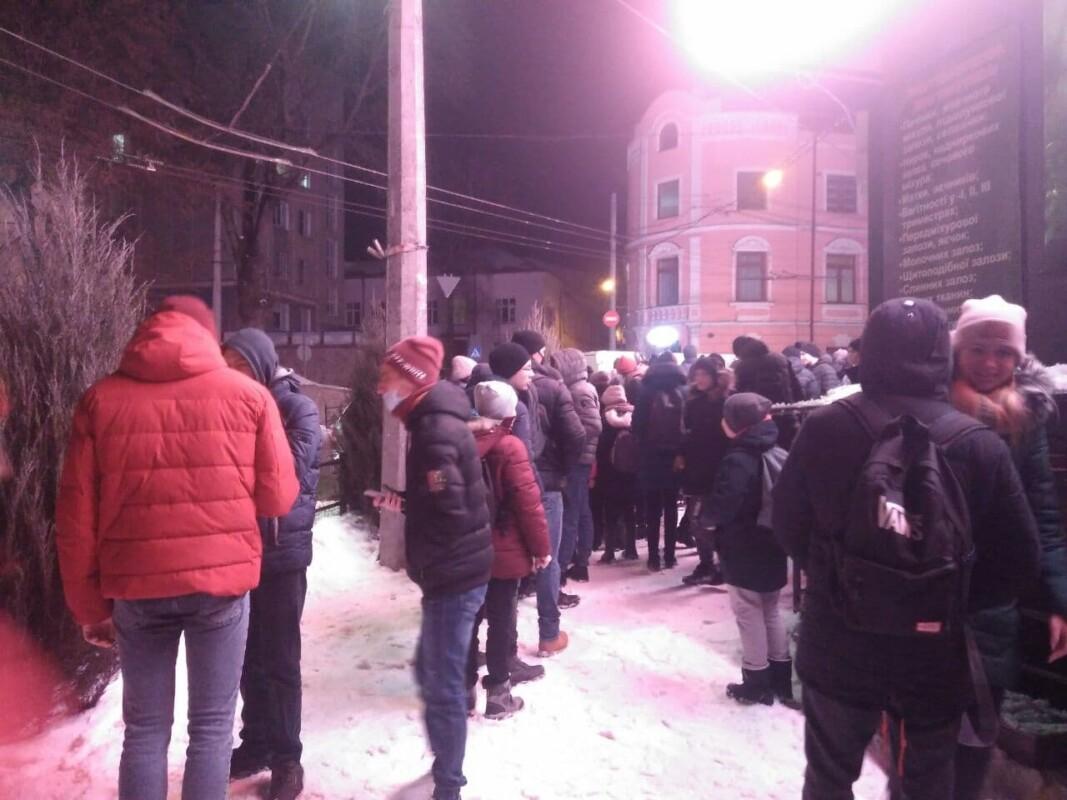 У центрі Тернополя роздають безкоштовно піцу: утворилася величезна черга (ФОТОФАКТ)