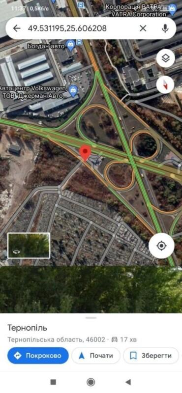 Пробив два колеса: у Тернополі водіїв підстерігає підступна яма (ФОТО)