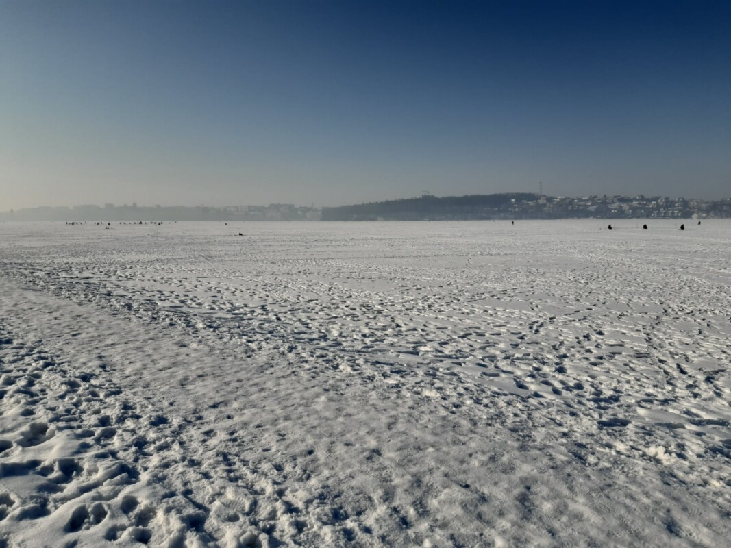 """""""Крига ще міцна"""": на тернопільському ставі досі дуже багато рибалок (ФОТО)"""