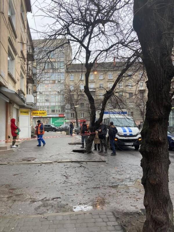 У Тернополі провалилася бруківка: утворилося провалля (ФОТО)