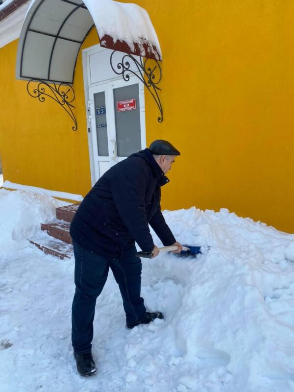У Тернополі день розпочався зі снігового флешмобу: епідеміологи допомагають боротись з негодою (ФОТО)