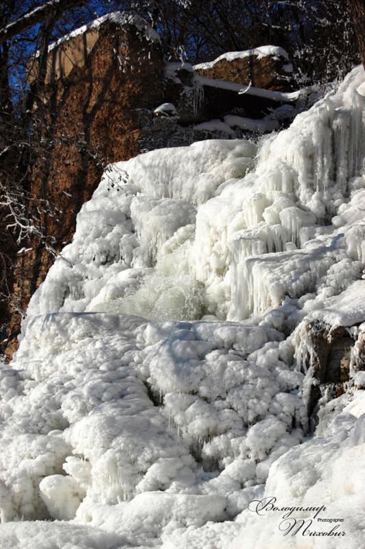 Диво природи: на Тернопільщині замерз найвищий водоспад України (ВРАЖАЮЧІ ФОТО)
