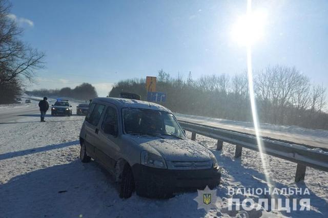 На Тернопільщині автівка врізалась в автобус з пасажирами: постраждав підліток