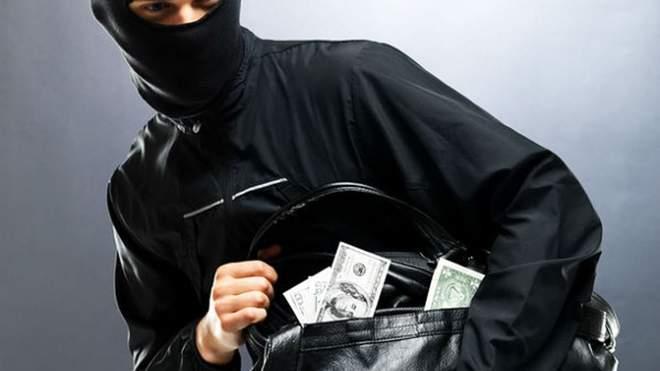 """Викрали 545000 гривень: у Тернополі злочинна група нападала на """"валютчиків"""""""