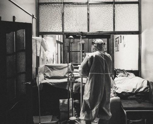 У Тернополі податківець, який мав коронавірус, перерізав собі вени на очах у лікарів