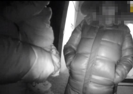 """""""У батькових капцях та піжамі"""": у Тернополі серед ночі гуляла маленька дівчинка (ВІДЕО)"""