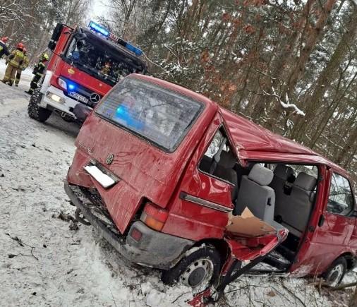 ДТП у Польщі: бус з українцями злетів зі слизької дороги й врізався в дерево (ФОТО)