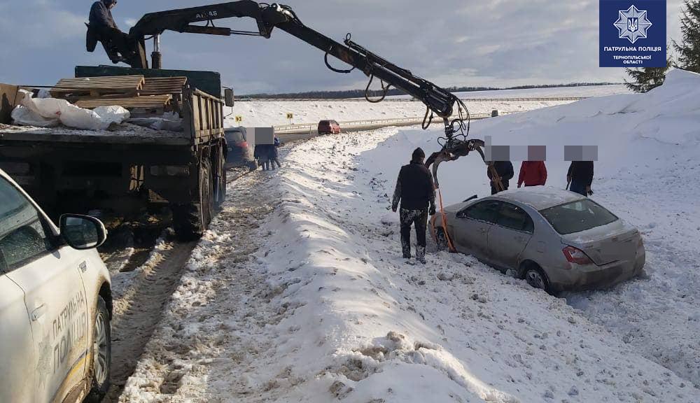 На Тернопільщині автомобіль злетів з дороги: у транспорті були жінка і маленька дитина (ФОТО)