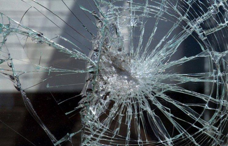 Упав і не міг встати: у Тернополі чоловік вибив вікно порожньою пляшкою, щоб його почули люди