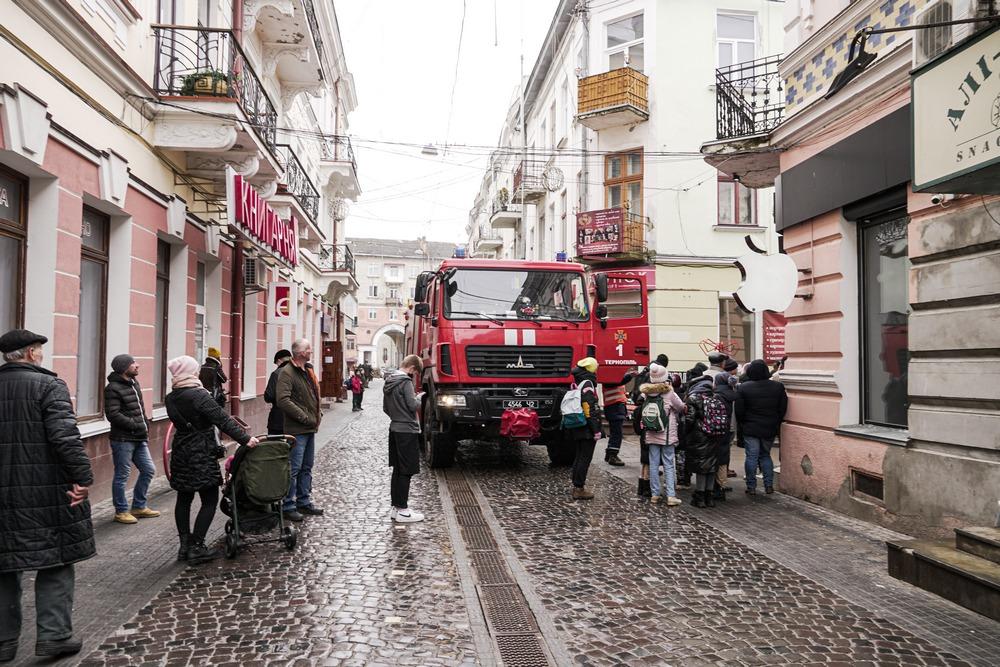 У центрі Тернополя горіла квартира: евакуювали людей, врятували чоловіка (ФОТО)