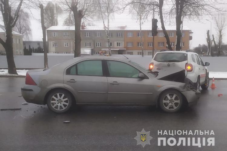 Авто, яке перевозило вакцини від COVID-19, потрапило у Тернополі в ДТП (ФОТО)