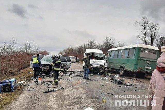 ДТП біля Тернополя: автомобілі розтрощені, чоловіка затисло в авто (ФОТО)