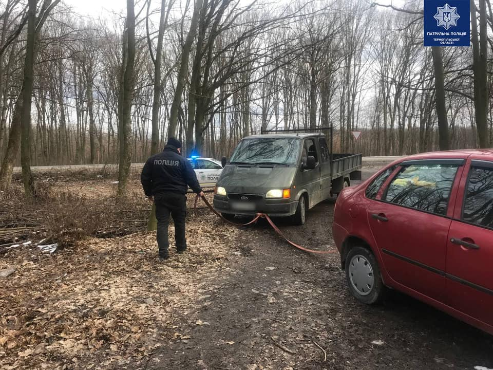 На Тернопільщині патрульні допомогли витягнути автомобіль, який застряг на грунтовій дорозі