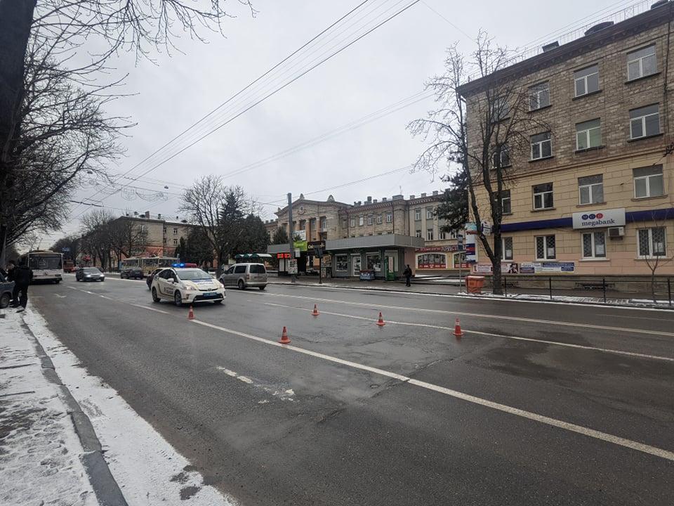 У центрі Тернополя знову утворилося провалля: на місці працює поліція (ФОТО)