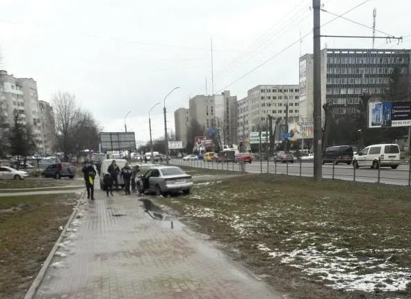 У Тернополі водійка знесла огорожу і виїхала на тротуар (ФОТО, ВІДЕО)