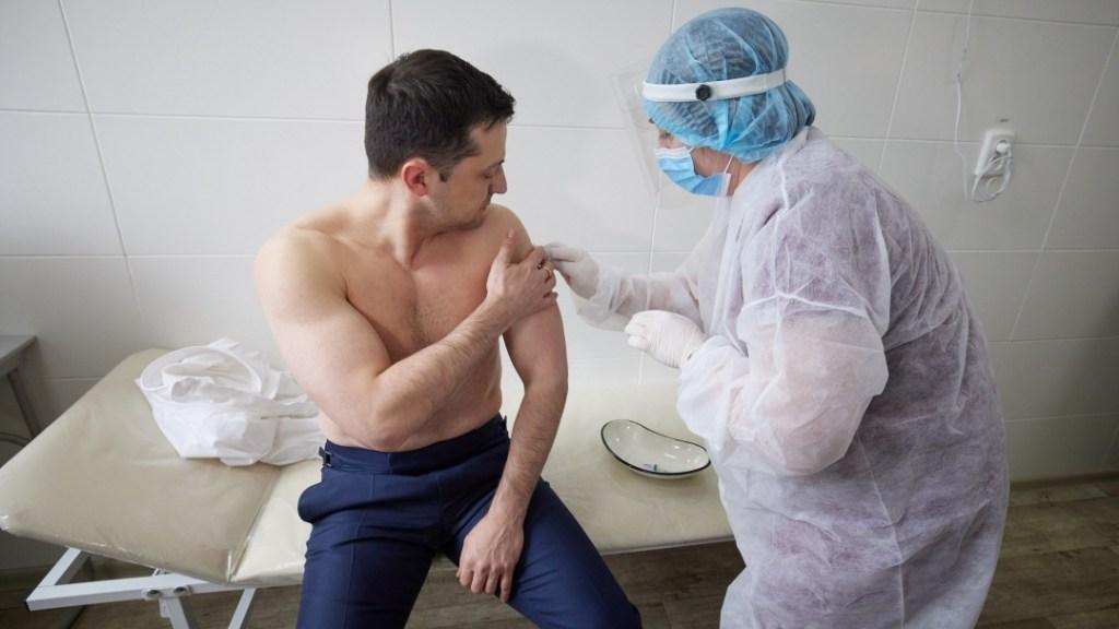 """""""Подаю приклад"""": Зеленський щепився індійською вакциною (ФОТО)"""