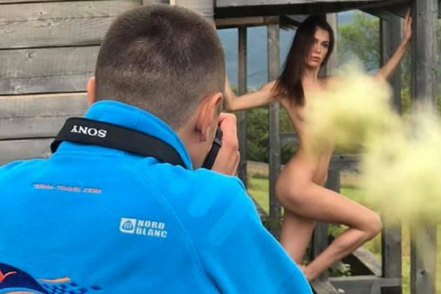 Відомий ню-фотограф з Тернополя випустив книгу зі світлинами оголених дівчат, які він робив у горах на Франківщині (ФОТО)