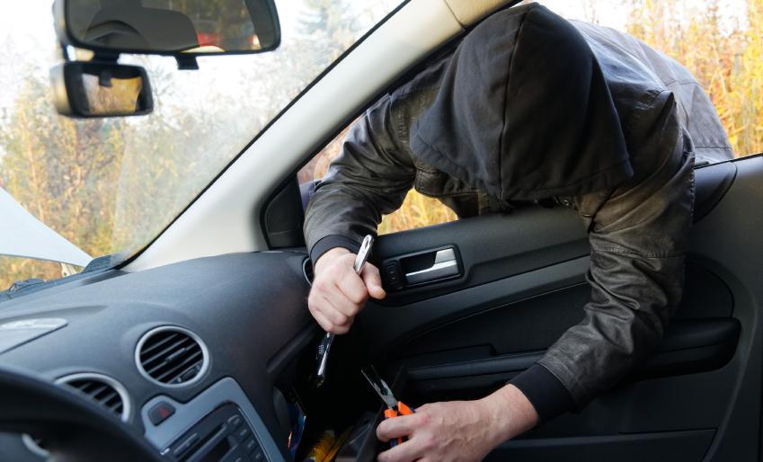 На Тернопільщині злодії вночі обікрали автомобіль: поцупили акамулятор, 5000 грн та 200 доларів