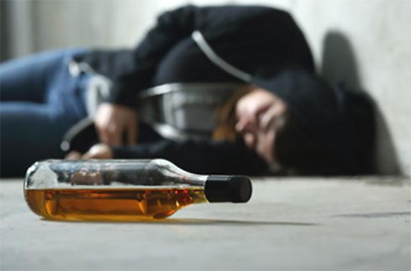 У Тернополі допомагали чоловікам, які лежали на вулиці: один у дворі, інший біля готелю