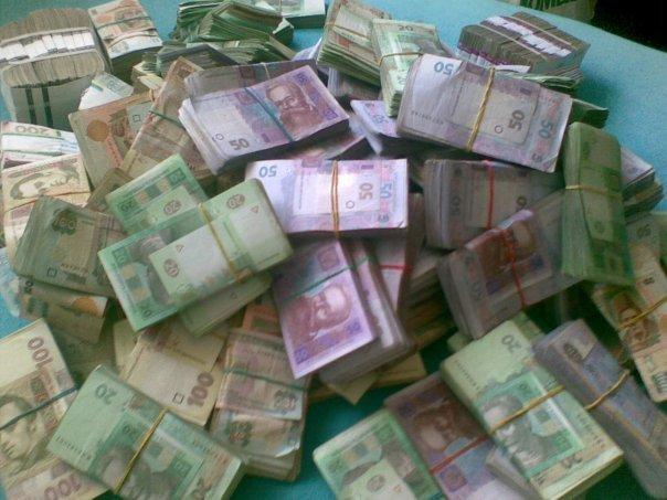 На Тернопільщині у чоловіка зі сховку під шафою гість викрав 100 000 гривень