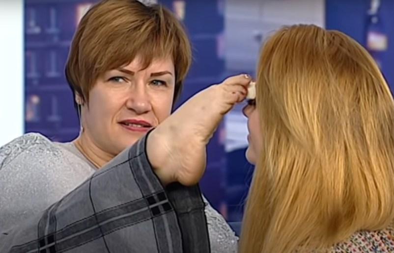 Макіяж ногами: жінка з Тернопільщини, яка народилася без рук, встановила рекорд України (ВІДЕО)