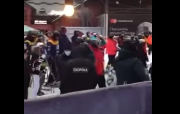 """""""Буковель"""" закривають на карантин: поліція блокувала туристів, а вони зривали огорожі (ВІДЕО)"""