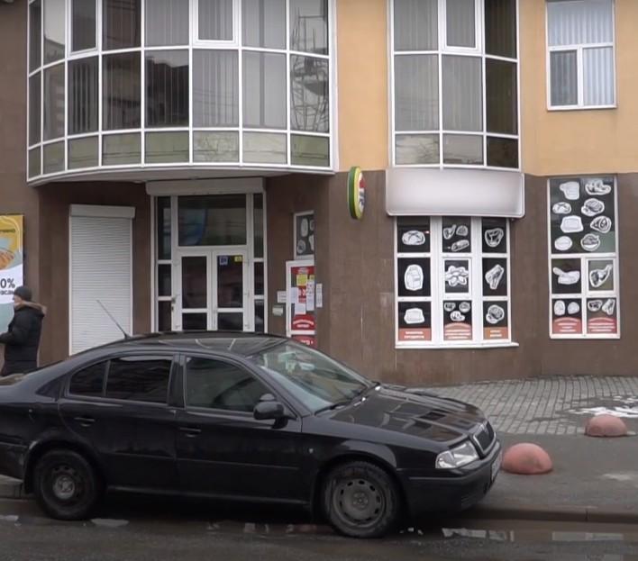 """""""Хотіла віддати борги"""": на Тернопільщині продавчиня магазину викрала 40000 гривень виручки (ВІДЕО)"""