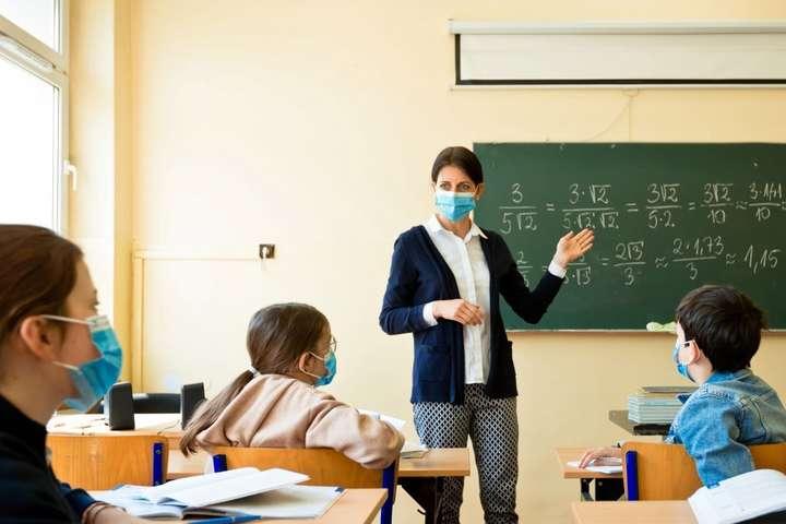 На Тернопільщині COVID-19 масово виявляють у вчителів та учнів