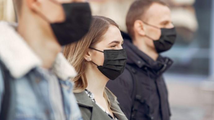 """Посилили карантин у """"червоних зонах"""": у парках, на вулиці та на кладовищі зобов'язали носити маски"""
