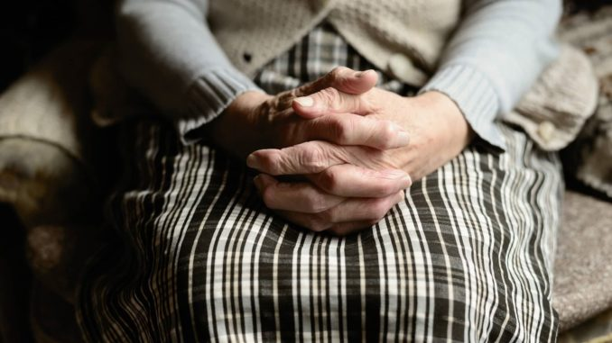 На Тернопільщині пенсіонерка через суд спекалася доглядальниці