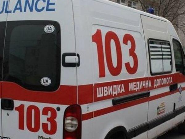 У Тернополі медики рятували молодого чоловіка, який розбив рукою скляні двері