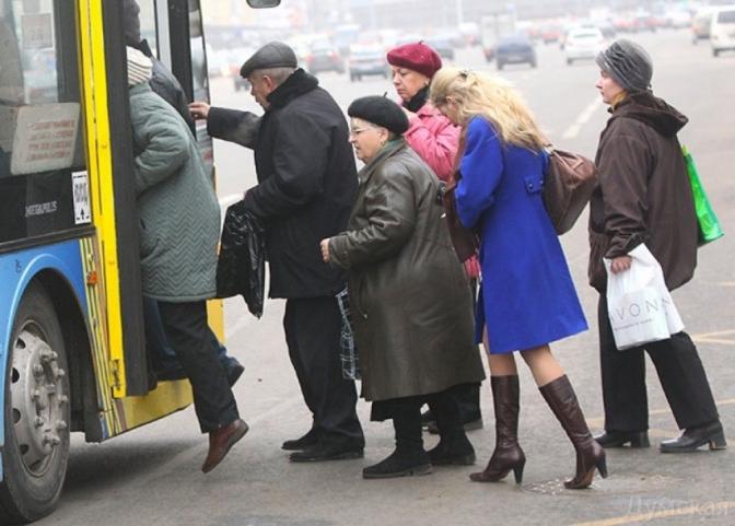 У громадському транспорті Тернополя обмежили проїзд пенсіонерів у години пік