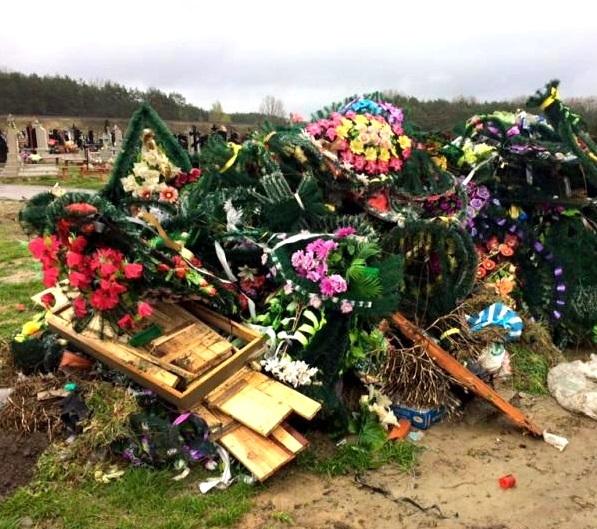 У Тернополі екологи просять людей не приносити пластикові вінки на могили