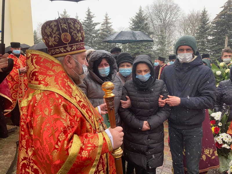 На Тернопільщині попрощалися з 24-річним священником, а тіло доправили у рідне село на Львівщину (ФОТО, ВІДЕО)