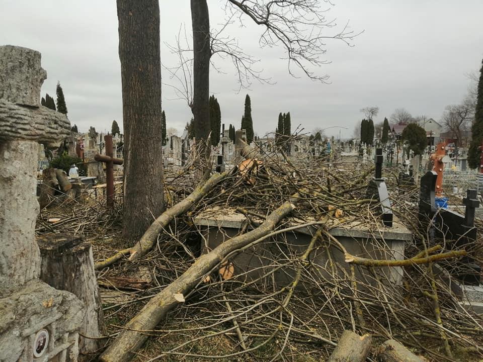 На Тернопільщині працівники комунальних служб пошкодили могили на цвинтарі (ФОТО)