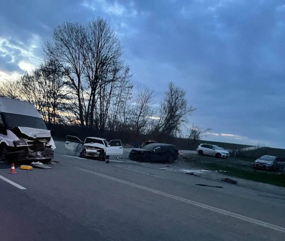 Біля Тернополя масштабна аварія: зіткнулись чотири автомобілі (ФОТО, ВІДЕО)