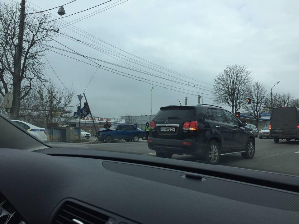 У Тернополі автомобіль врізався у світлофор (ФОТО)
