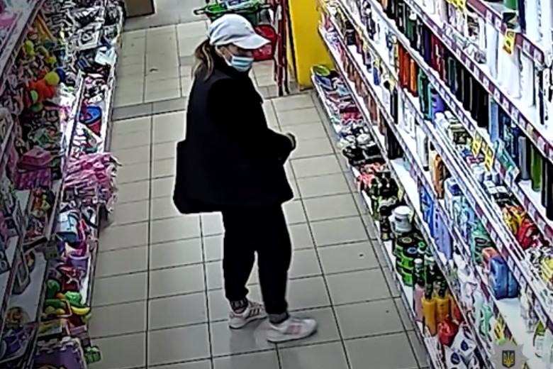 У Тернополі розшукують жінку, яка скоїла крадіжку (ВІДЕО)