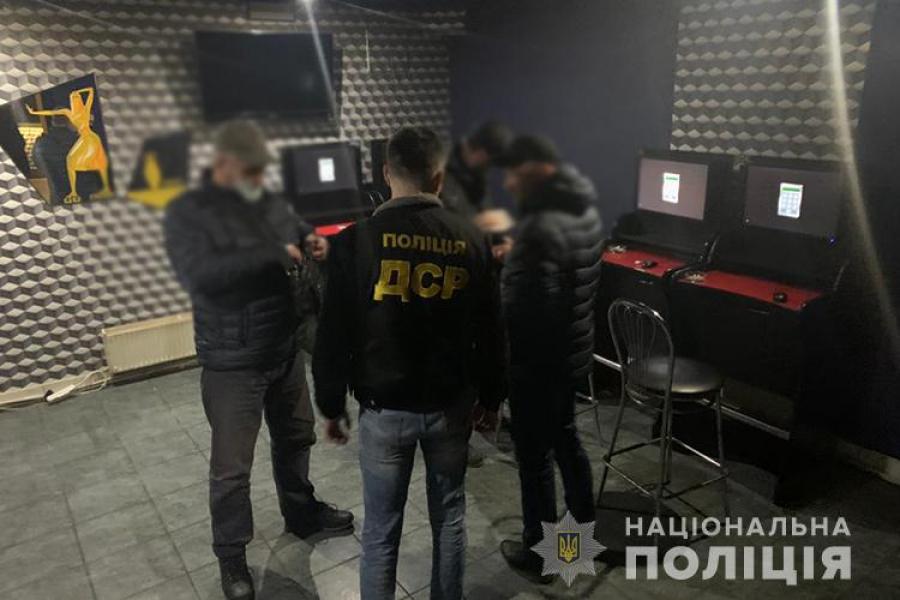 """У Тернополі """"накрили"""" підпільне казино (ФОТО)"""