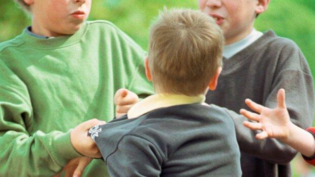 """""""Бив головою об дошку і парту"""": у Тернополі син держчиновниці 4 роки знущається над однокласником"""