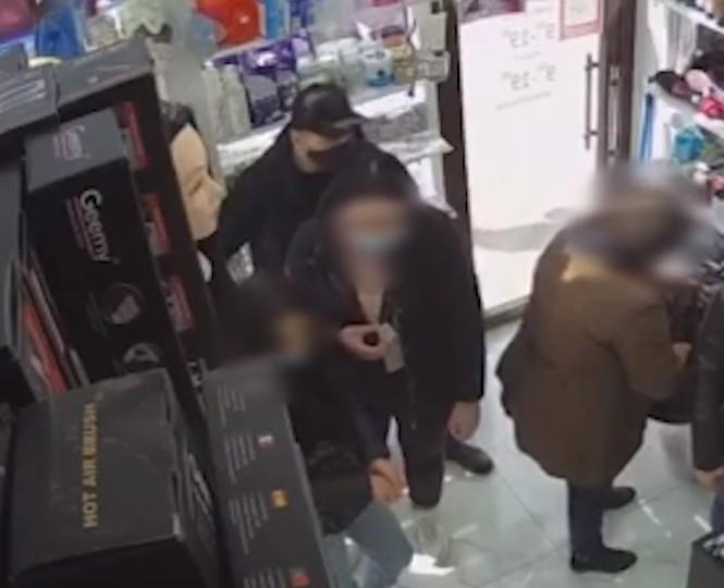 """""""Зайшов, забрав і пішов"""": у Тернополі розшукують крадія (ВІДЕО)"""