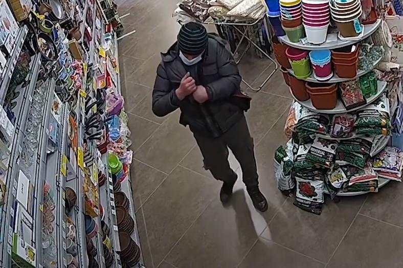 """""""Запхав під куртку і пішов"""": у Тернополі розшукують підозрюваного у крадіжці (ВІДЕО)"""